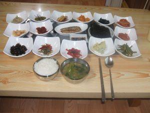 韓国西南部の地方都市で昼の定食を頼んだら、1人前(約500円)でこれだけの量が出てきた。食べきれない!