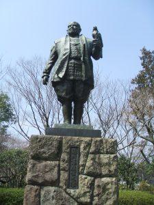 静岡市の駿府公園に立つ徳川家康の像