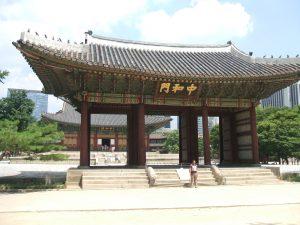 仁穆王后と貞明公主が幽閉された西宮(ソグン)は現在の徳寿宮(トクスグン)。写真は正殿の前にある中和門(チュンファムン)