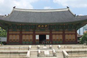 現在の徳寿宮はかつて慶運宮と呼ばれ、仁穆王后が幽閉されていた。写真は徳寿宮の正殿の中和殿